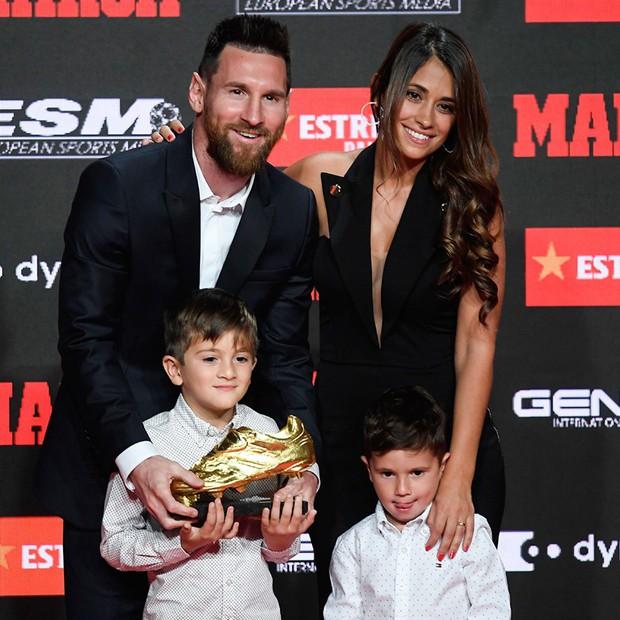 Cậu ấm đáng yêu nhà Messi vô tư chiếm luôn sân khấu ngày trọng đại của cha bằng hành động cực đáng yêu này - Ảnh 1.