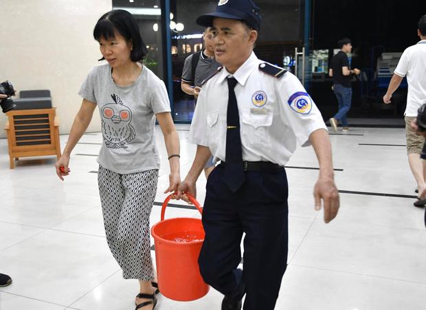 Ảnh: Người dân ở nhiều khu đô thị Hà Nội thức trắng đêm, xếp hàng chờ nhận từng xô nước sạch - Ảnh 11.