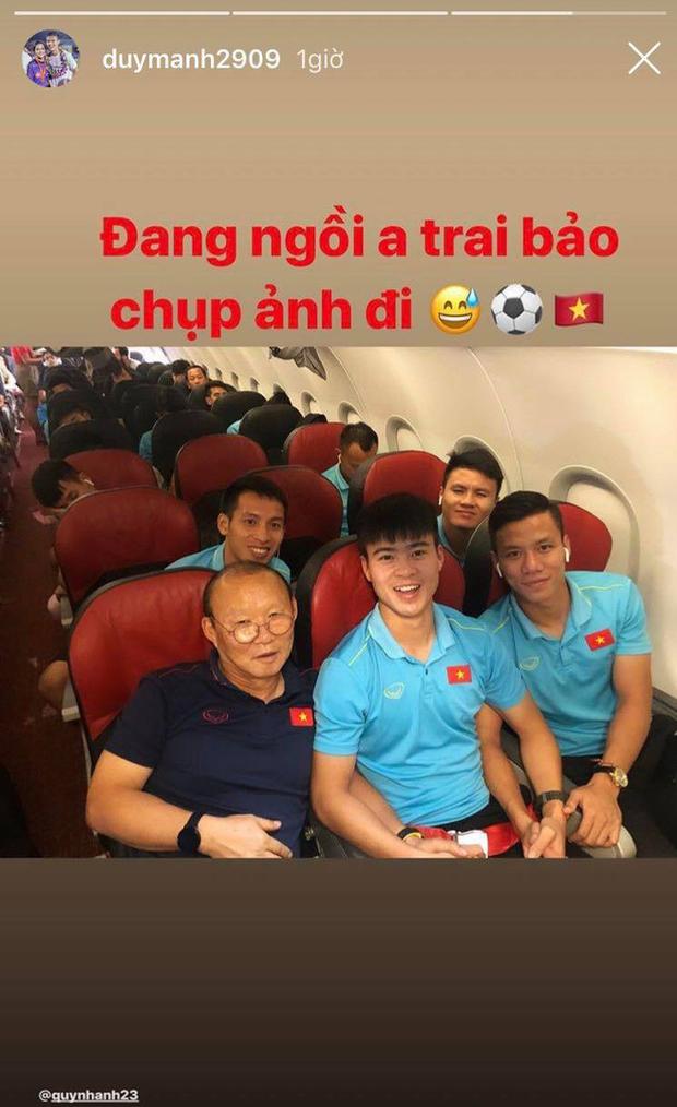 Chuyến bay về Hà Nội của đội tuyển Việt Nam bị delay 50 phút, thầy trò rủ nhau chụp ảnh check-in cực vui - Ảnh 3.