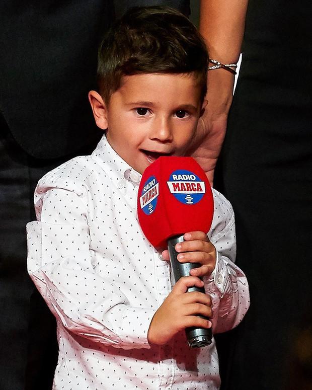 Cậu ấm đáng yêu nhà Messi vô tư chiếm luôn sân khấu ngày trọng đại của cha bằng hành động cực đáng yêu này - Ảnh 3.