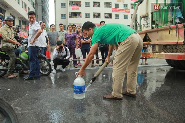 Hà Nội: Nước cung cấp miễn phí cho người dân có mùi tanh, màu đục hơn nước sạch thông thường - Ảnh 4.