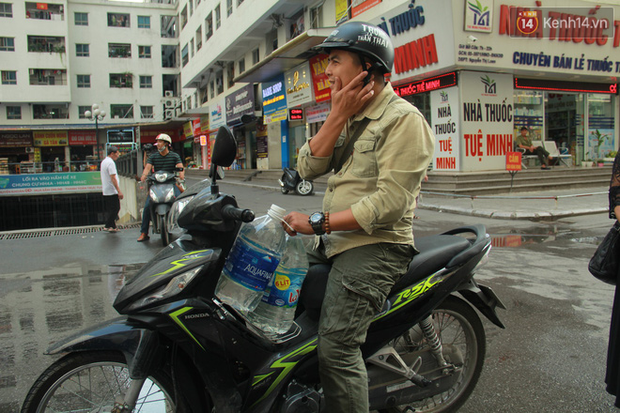 Hà Nội: Nước cung cấp miễn phí cho người dân có mùi tanh, màu đục hơn nước sạch thông thường - Ảnh 10.