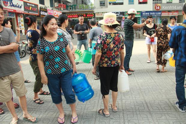Hà Nội: Nước cung cấp miễn phí cho người dân có mùi tanh, màu đục hơn nước sạch thông thường - Ảnh 8.