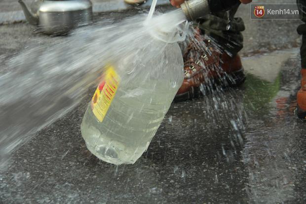 Hà Nội: Nước cung cấp miễn phí cho người dân có mùi tanh, màu đục hơn nước sạch thông thường - Ảnh 3.