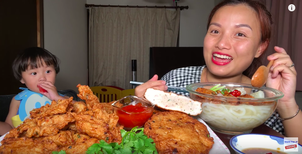 """Giữa lúc Bà Tân Vlog lao đao, có một YouTuber ẩm thực khác đang """"lên như diều gặp gió"""" với hơn 1,2 triệu subscribers - Ảnh 4."""