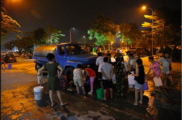 Ảnh: Người dân ở nhiều khu đô thị Hà Nội thức trắng đêm, xếp hàng chờ nhận từng xô nước sạch - Ảnh 15.