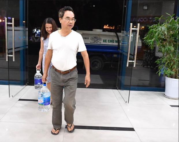 Ảnh: Người dân ở nhiều khu đô thị Hà Nội thức trắng đêm, xếp hàng chờ nhận từng xô nước sạch - Ảnh 13.