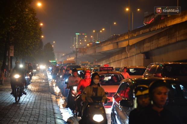 Ảnh: Mưa to đúng giờ tan tầm, nhiều tuyến đường thủ đô ùn tắc cả cây số, người dân vất vả đội mưa về nhà - Ảnh 12.