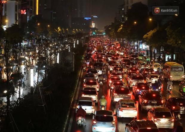 Ảnh: Mưa to đúng giờ tan tầm, nhiều tuyến đường thủ đô ùn tắc cả cây số, người dân vất vả đội mưa về nhà - Ảnh 20.