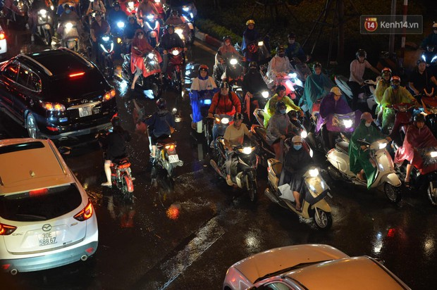 Ảnh: Mưa to đúng giờ tan tầm, nhiều tuyến đường thủ đô ùn tắc cả cây số, người dân vất vả đội mưa về nhà - Ảnh 8.