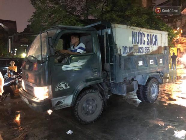 Người dân quanh nhà máy Rạng Đông đội mưa đi xách từng xô nước sạch: Nước này chỉ để nấu ăn thôi, tắm giặt thì nhịn - Ảnh 11.