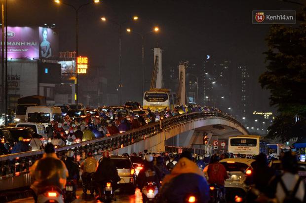 Ảnh: Mưa to đúng giờ tan tầm, nhiều tuyến đường thủ đô ùn tắc cả cây số, người dân vất vả đội mưa về nhà - Ảnh 5.