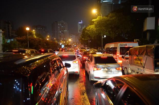 Ảnh: Mưa to đúng giờ tan tầm, nhiều tuyến đường thủ đô ùn tắc cả cây số, người dân vất vả đội mưa về nhà - Ảnh 13.