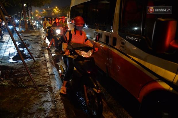 Ảnh: Mưa to đúng giờ tan tầm, nhiều tuyến đường thủ đô ùn tắc cả cây số, người dân vất vả đội mưa về nhà - Ảnh 14.