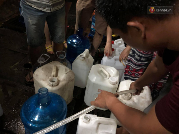 Người dân quanh nhà máy Rạng Đông đội mưa đi xách từng xô nước sạch: Nước này chỉ để nấu ăn thôi, tắm giặt thì nhịn - Ảnh 9.