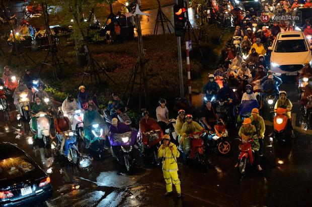 Ảnh: Mưa to đúng giờ tan tầm, nhiều tuyến đường thủ đô ùn tắc cả cây số, người dân vất vả đội mưa về nhà - Ảnh 9.