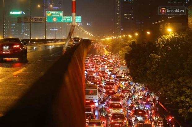 Ảnh: Mưa to đúng giờ tan tầm, nhiều tuyến đường thủ đô ùn tắc cả cây số, người dân vất vả đội mưa về nhà - Ảnh 21.