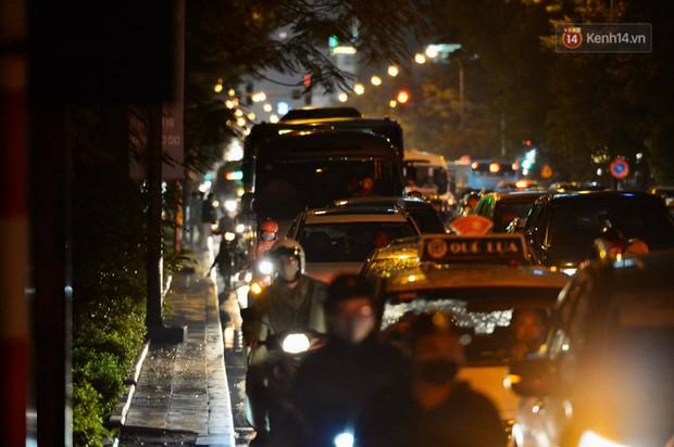 Ảnh: Mưa to đúng giờ tan tầm, nhiều tuyến đường thủ đô ùn tắc cả cây số, người dân vất vả đội mưa về nhà - Ảnh 19.