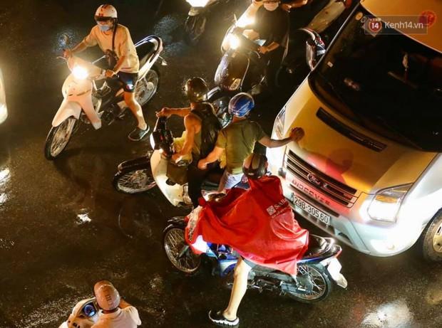 Ảnh: Mưa to đúng giờ tan tầm, nhiều tuyến đường thủ đô ùn tắc cả cây số, người dân vất vả đội mưa về nhà - Ảnh 22.
