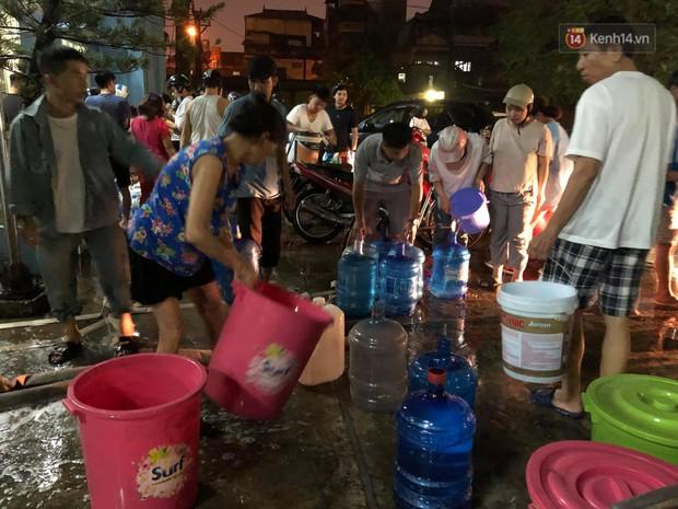 Người dân quanh nhà máy Rạng Đông đội mưa đi xách từng xô nước sạch: Nước này chỉ để nấu ăn thôi, tắm giặt thì nhịn - Ảnh 7.