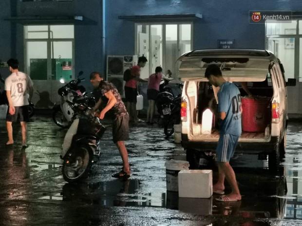 Người dân quanh nhà máy Rạng Đông đội mưa đi xách từng xô nước sạch: Nước này chỉ để nấu ăn thôi, tắm giặt thì nhịn - Ảnh 4.