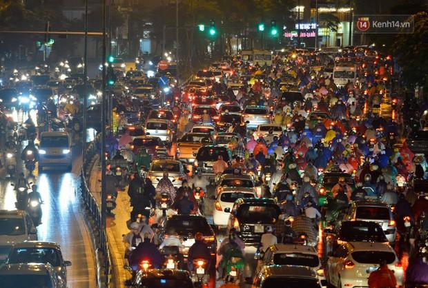 Ảnh: Mưa to đúng giờ tan tầm, nhiều tuyến đường thủ đô ùn tắc cả cây số, người dân vất vả đội mưa về nhà - Ảnh 2.