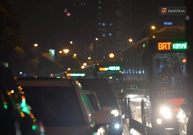 Ảnh: Mưa to đúng giờ tan tầm, nhiều tuyến đường thủ đô ùn tắc cả cây số, người dân vất vả đội mưa về nhà - Ảnh 17.
