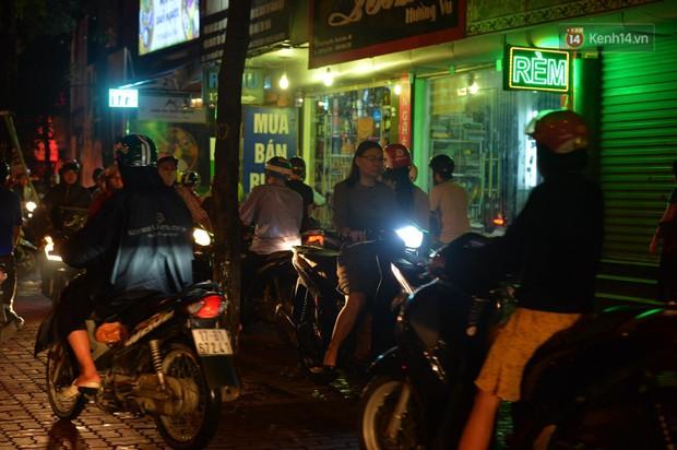 Ảnh: Mưa to đúng giờ tan tầm, nhiều tuyến đường thủ đô ùn tắc cả cây số, người dân vất vả đội mưa về nhà - Ảnh 11.