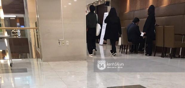 Độc quyền tang lễ Sulli từ Hàn: Fan khiếm thị một mình đến chờ, Yoo Ah In tiết lộ sao Hàn đã đến viếng từ rạng sáng - Ảnh 19.