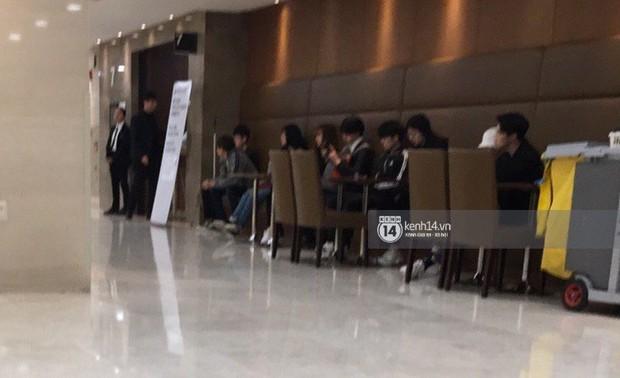 Độc quyền tang lễ Sulli từ Hàn: Fan khiếm thị một mình đến chờ, Yoo Ah In tiết lộ sao Hàn đã đến viếng từ rạng sáng - Ảnh 17.