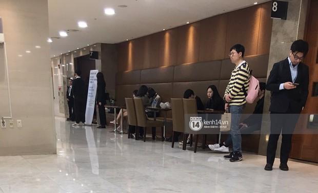 Độc quyền tang lễ Sulli từ Hàn: Fan khiếm thị một mình đến chờ, Yoo Ah In tiết lộ sao Hàn đã đến viếng từ rạng sáng - Ảnh 11.