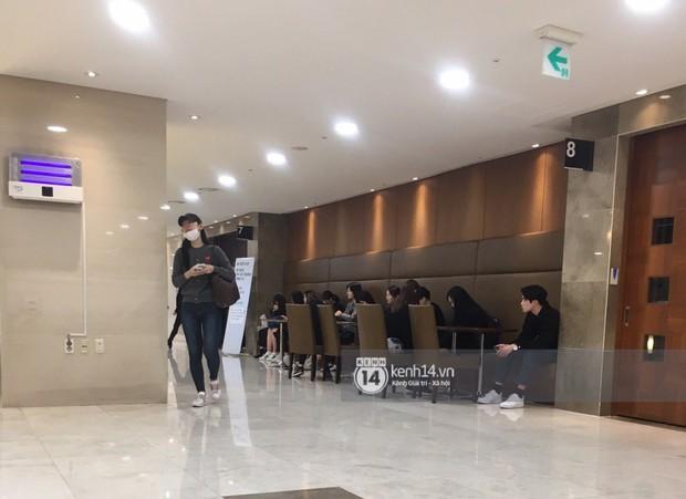Độc quyền tang lễ Sulli từ Hàn: Fan khiếm thị một mình đến chờ, Yoo Ah In tiết lộ sao Hàn đã đến viếng từ rạng sáng - Ảnh 8.