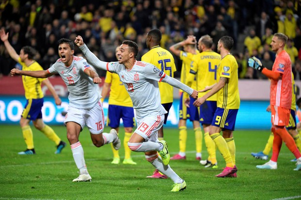 Nhờ khoảnh khắc tỏa sáng này ở phút bù giờ, tuyển Tây Ban Nha thoát thua và chính thức có mặt ở VCK Euro 2020 nhưng fan MU lại lo ngay ngáy - Ảnh 6.