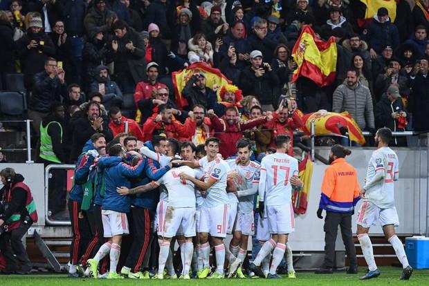 Nhờ khoảnh khắc tỏa sáng này ở phút bù giờ, tuyển Tây Ban Nha thoát thua và chính thức có mặt ở VCK Euro 2020 nhưng fan MU lại lo ngay ngáy - Ảnh 7.