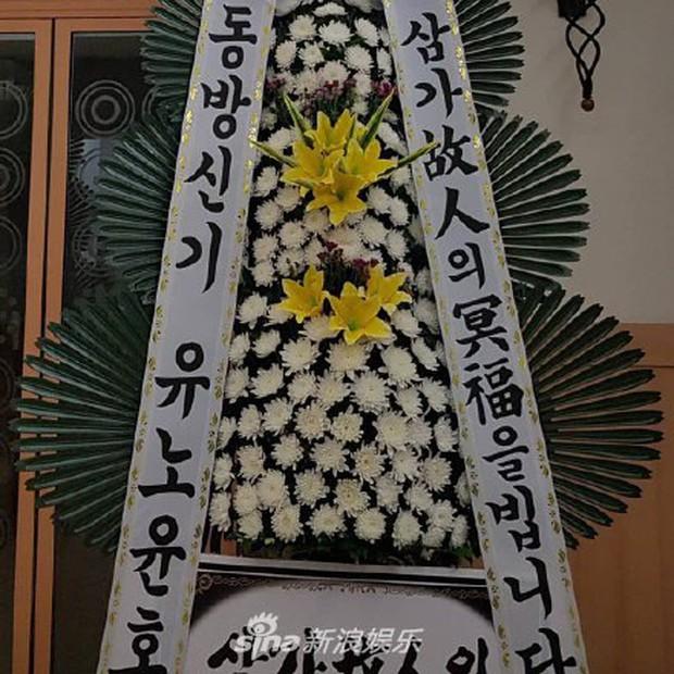 Độc quyền tang lễ Sulli từ Hàn: Fan khiếm thị một mình đến chờ, Yoo Ah In tiết lộ sao Hàn đã đến viếng từ rạng sáng - Ảnh 3.