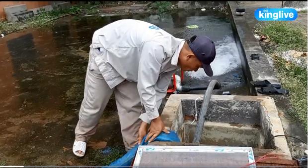 Clip: Hà Nội bắt đầu súc xả, thau dọn các bể nước sau sự cố nhiễm bẩn - Ảnh 2.