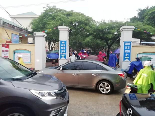 Mưa lớn, nhiều trường ở Nghệ An cho học sinh nghỉ học - Ảnh 2.
