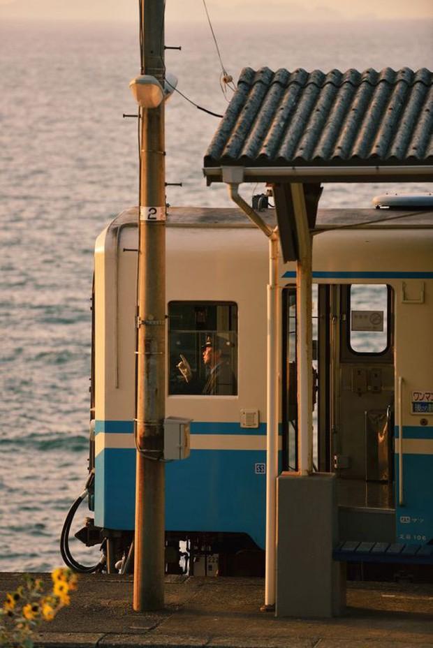 """""""Nhà ga cô độc"""" nhất Nhật Bản: Đẹp như tranh vẽ khiến ai cũng ngỡ bước ra từ """"Vùng đất linh hồn"""" nhưng sự thật lại không lung linh như vậy - Ảnh 1."""