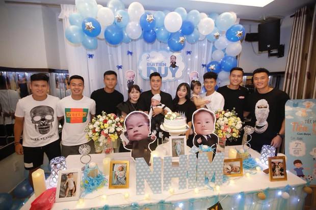 Bùi Tiến Dụng làm tiệc mừng đầy tháng con trai đúng ngày Việt Nam thắng lớn, Hà Đức Chinh và bạn gái cũng có mặt góp vui - Ảnh 4.