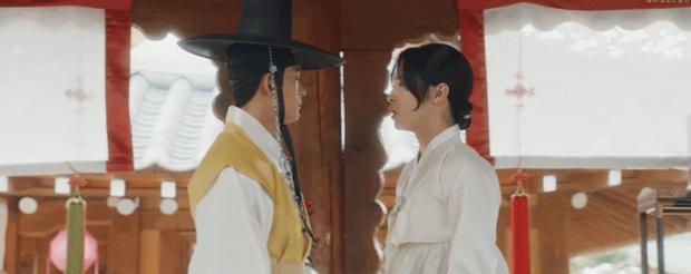 Điên đảo với nụ hôn đam mỹ ở Tiểu Sử Chàng Nokdu: Sáng hôn trai đẹp, tối về thơm con gái nuôi Kim So Hyun? - Ảnh 1.