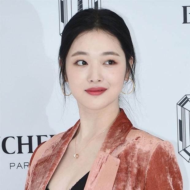Sau loạt sao Kpop, tới lượt Song Hye Kyo có hành động đáng chú ý để tưởng niệm Sulli - Ảnh 2.