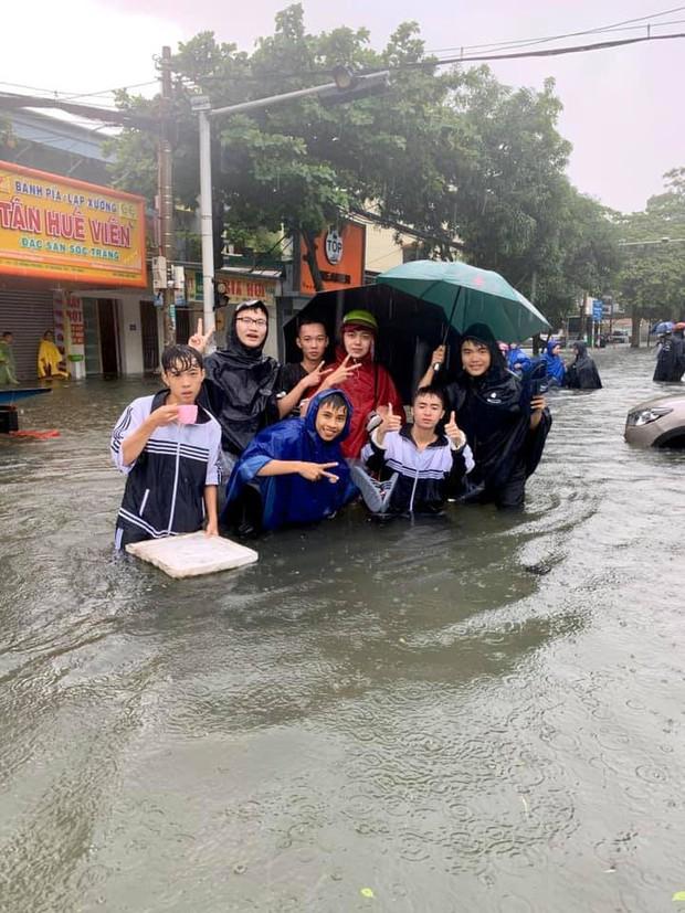 Mưa lớn gây ngập úng ở thành phố Vinh và những người vui nhất là đám học sinh sinh viên, ai cũng thi nhau bơi lội - Ảnh 6.