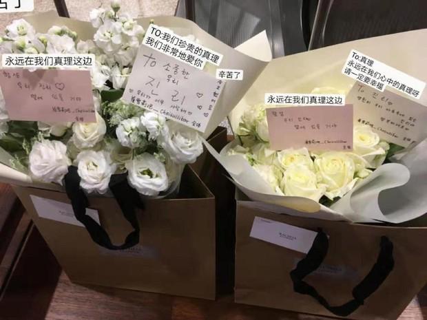 Xúc động hình ảnh bó hoa 26 bông hồng trắng fan Trung lặn lội sang Hàn gửi tặng tiễn biệt lần cuối tới Sulli - Ảnh 1.