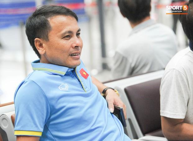 Bố mẹ Quang Hải chờ ở sân bay đến nửa đêm để được gặp con trai và lý do khiến ai cũng cảm động - Ảnh 6.