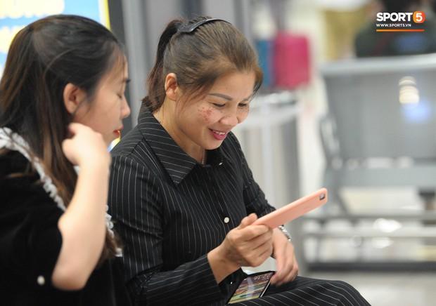 Bố mẹ Quang Hải chờ ở sân bay đến nửa đêm để được gặp con trai và lý do khiến ai cũng cảm động - Ảnh 7.