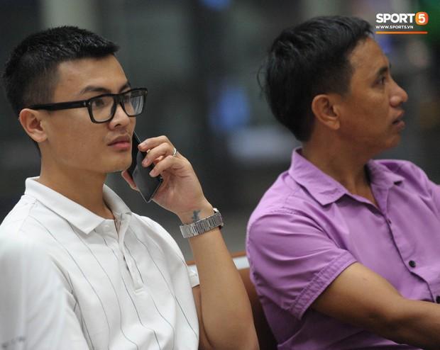 Bố mẹ Quang Hải chờ ở sân bay đến nửa đêm để được gặp con trai và lý do khiến ai cũng cảm động - Ảnh 8.