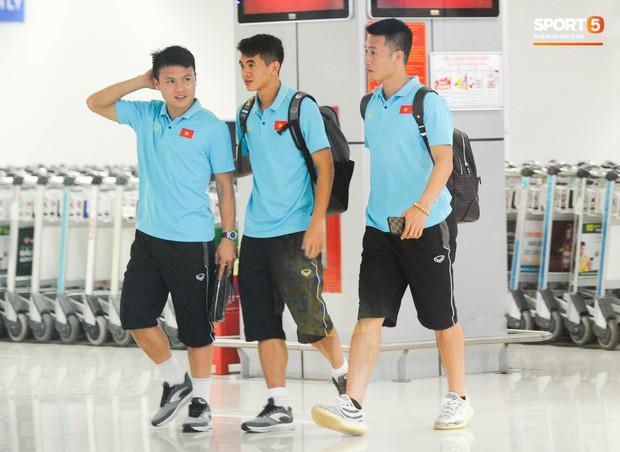 Bố mẹ Quang Hải chờ ở sân bay đến nửa đêm để được gặp con trai và lý do khiến ai cũng cảm động - Ảnh 2.