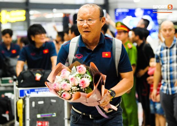 Vừa về đến Hà Nội, Bùi Tiến Dũng đã vội vã chạy ra tìm vợ bầu vì lo Khánh Linh phải đợi lâu giữa đêm hôm mưa gió - Ảnh 8.