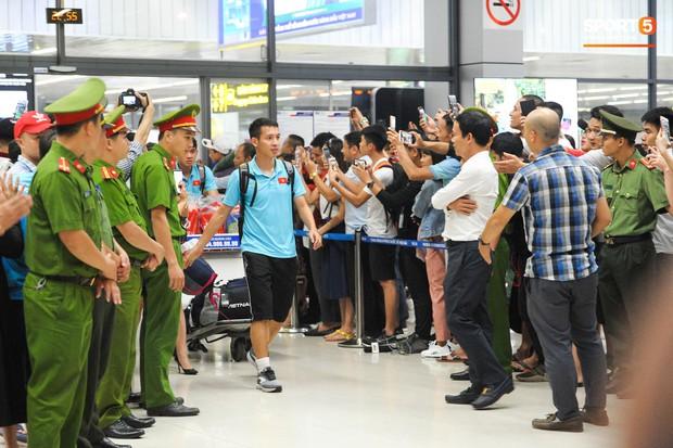 Bố mẹ Quang Hải chờ ở sân bay đến nửa đêm để được gặp con trai và lý do khiến ai cũng cảm động - Ảnh 1.