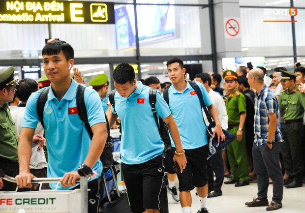 Vừa về đến Hà Nội, Bùi Tiến Dũng đã vội vã chạy ra tìm vợ bầu vì lo Khánh Linh phải đợi lâu giữa đêm hôm mưa gió - Ảnh 1.